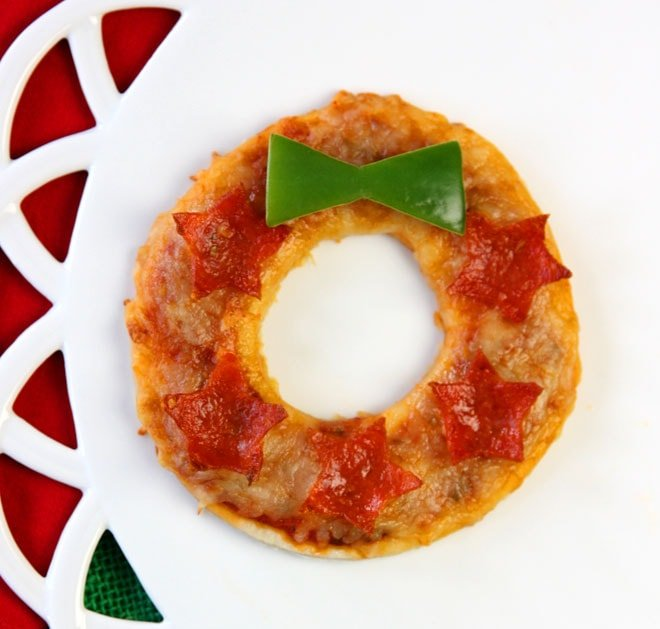 How to make mini Christmas wreath pizzas!