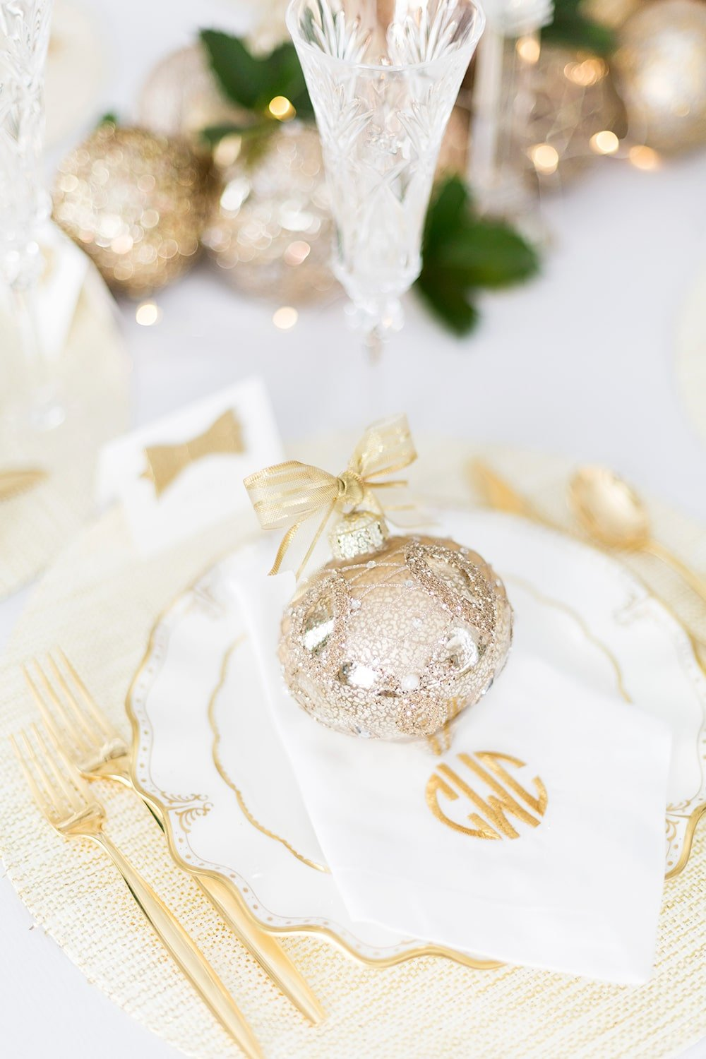 Sparkling holiday table | glitter holiday tablescape