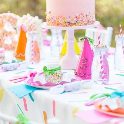A kids birthday table with a birthday cake