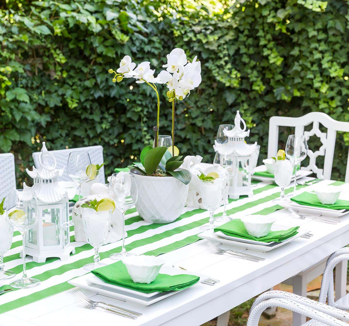 Green and white outdoor tablescape ideas from pizzazzerie for Black and white tablescape ideas