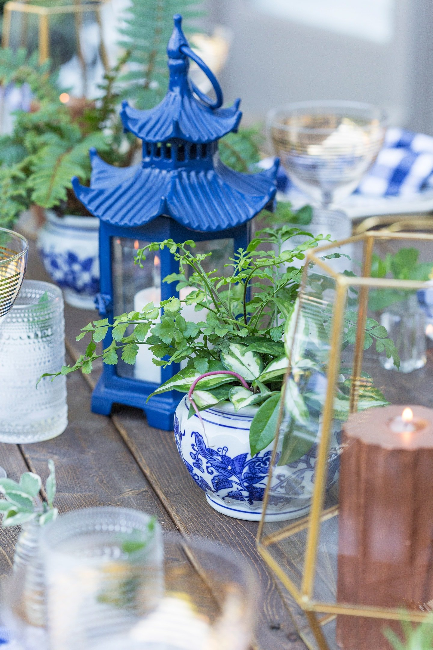 blue touches on dinner party tablescape