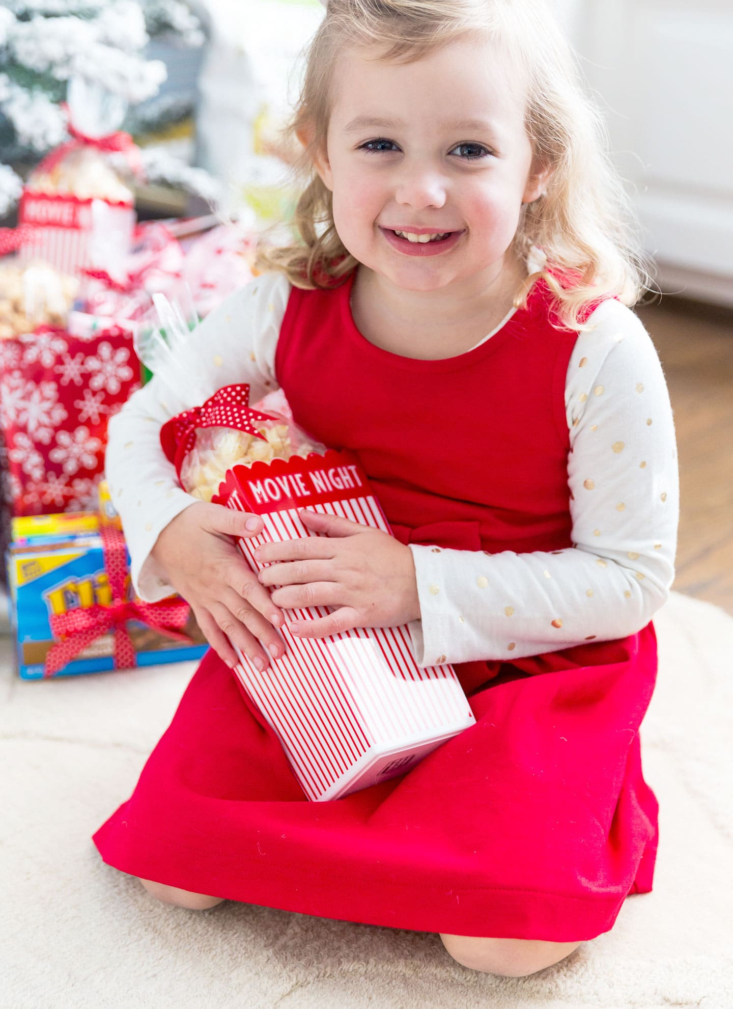 Host a Holiday Movie NIght! Ideas for creating a cute Holiday Movie Night Kit